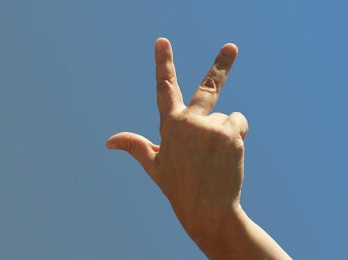 指-3本立てる